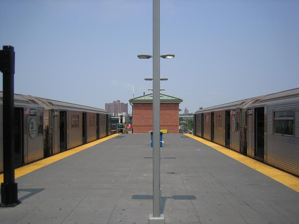 (77k, 1024x768)<br><b>Country:</b> United States<br><b>City:</b> New York<br><b>System:</b> New York City Transit<br><b>Location:</b> Coney Island/Stillwell Avenue<br><b>Route:</b> N<br><b>Car:</b> R-32 (Budd, 1964)  3926/2546 <br><b>Photo by:</b> Michael Hodurski<br><b>Date:</b> 8/6/2006<br><b>Viewed (this week/total):</b> 2 / 2251