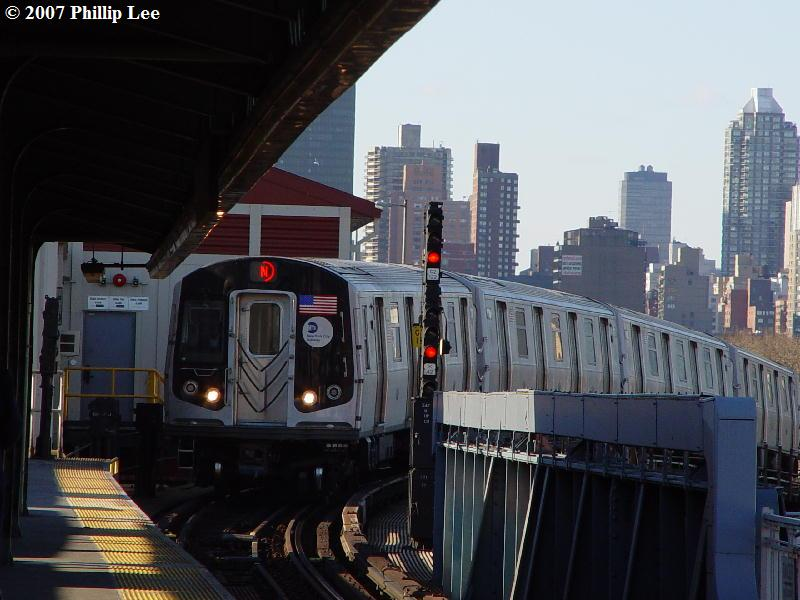 (76k, 800x600)<br><b>Country:</b> United States<br><b>City:</b> New York<br><b>System:</b> New York City Transit<br><b>Line:</b> BMT Astoria Line<br><b>Location:</b> Queensborough Plaza <br><b>Route:</b> N<br><b>Car:</b> R-160A/R-160B Series (Number Unknown)  <br><b>Photo by:</b> Phillip Lee<br><b>Date:</b> 2/7/2007<br><b>Viewed (this week/total):</b> 3 / 2777
