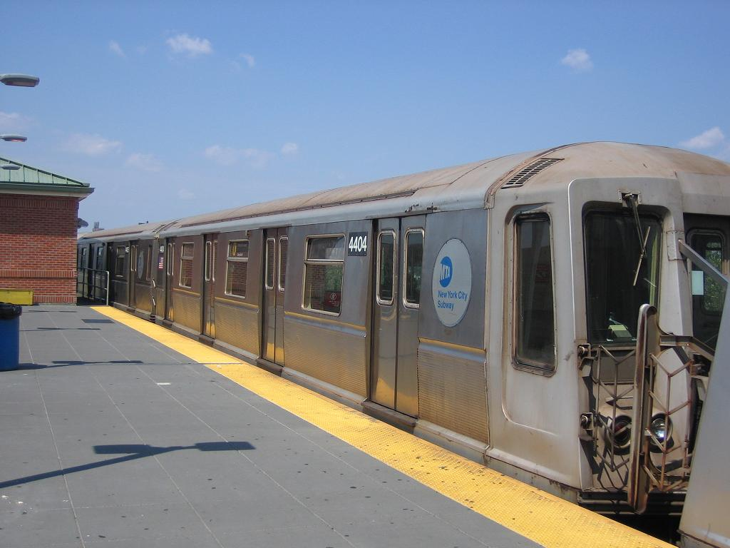 (92k, 1024x768)<br><b>Country:</b> United States<br><b>City:</b> New York<br><b>System:</b> New York City Transit<br><b>Location:</b> Coney Island/Stillwell Avenue<br><b>Route:</b> N<br><b>Car:</b> R-40 (St. Louis, 1968)  4404 <br><b>Photo by:</b> Michael Hodurski<br><b>Date:</b> 7/29/2006<br><b>Viewed (this week/total):</b> 0 / 1393