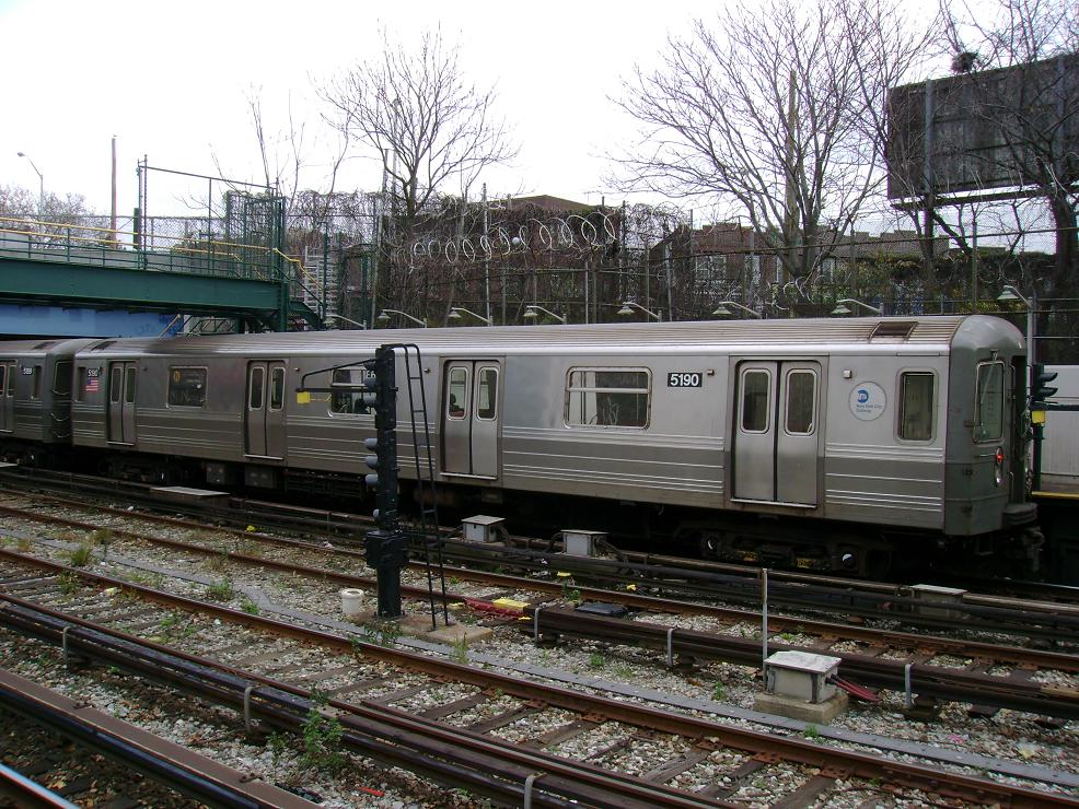 (198k, 986x740)<br><b>Country:</b> United States<br><b>City:</b> New York<br><b>System:</b> New York City Transit<br><b>Line:</b> BMT Sea Beach Line<br><b>Location:</b> 86th Street <br><b>Route:</b> N<br><b>Car:</b> R-68A (Kawasaki, 1988-1989)  5190 <br><b>Photo by:</b> Pablo Maneiro<br><b>Date:</b> 11/18/2006<br><b>Viewed (this week/total):</b> 0 / 1270