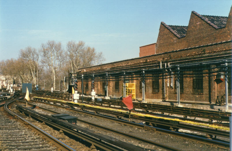 (98k, 804x523)<br><b>Country:</b> United States<br><b>City:</b> New York<br><b>System:</b> New York City Transit<br><b>Location:</b> Livonia Yard<br><b>Photo by:</b> David M. Rosenthal<br><b>Date:</b> 12/16/1985<br><b>Notes:</b> Livonia Yard after new signalling tested and cut in.<br><b>Viewed (this week/total):</b> 3 / 7830
