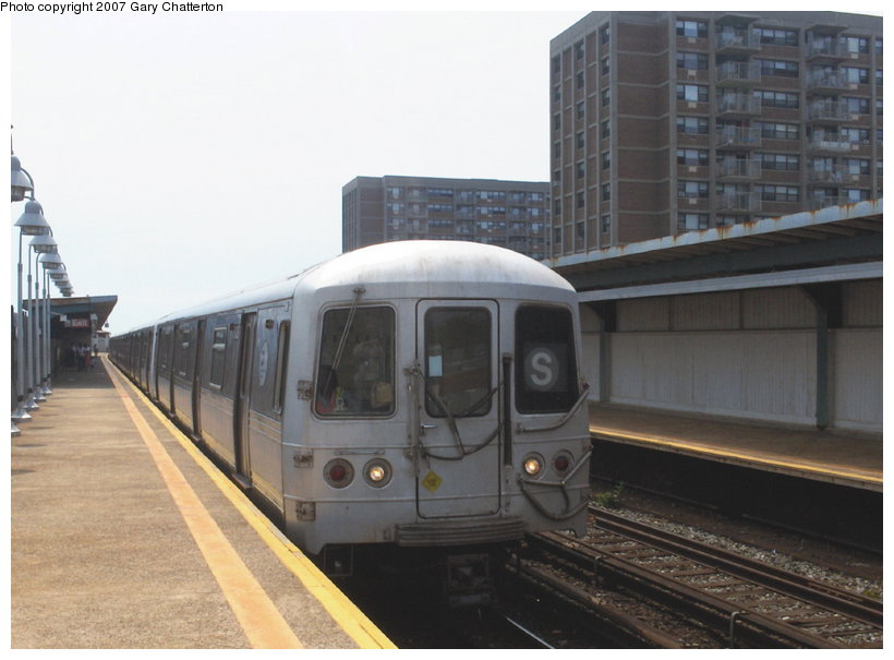 (86k, 820x605)<br><b>Country:</b> United States<br><b>City:</b> New York<br><b>System:</b> New York City Transit<br><b>Line:</b> IND Rockaway<br><b>Location:</b> Beach 98th Street/Playland <br><b>Route:</b> S<br><b>Car:</b> R-44 (St. Louis, 1971-73) 5428 <br><b>Photo by:</b> Gary Chatterton<br><b>Date:</b> 6/17/2006<br><b>Viewed (this week/total):</b> 0 / 1141
