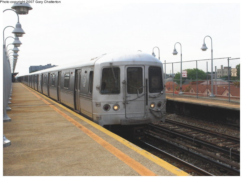 (91k, 820x605)<br><b>Country:</b> United States<br><b>City:</b> New York<br><b>System:</b> New York City Transit<br><b>Line:</b> IND Rockaway<br><b>Location:</b> Beach 98th Street/Playland <br><b>Route:</b> S<br><b>Car:</b> R-44 (St. Louis, 1971-73) 5462 <br><b>Photo by:</b> Gary Chatterton<br><b>Date:</b> 6/17/2006<br><b>Viewed (this week/total):</b> 1 / 1183