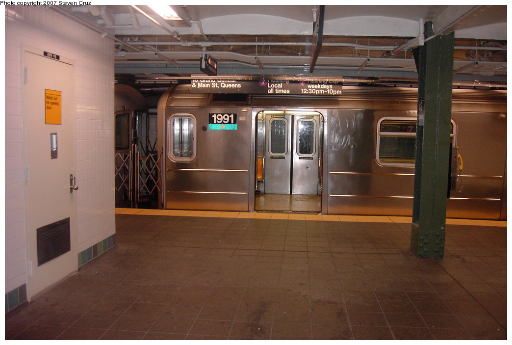 (144k, 1044x703)<br><b>Country:</b> United States<br><b>City:</b> New York<br><b>System:</b> New York City Transit<br><b>Line:</b> IRT Flushing Line<br><b>Location:</b> Times Square <br><b>Route:</b> 7<br><b>Car:</b> R-62A (Bombardier, 1984-1987)  1991 <br><b>Photo by:</b> Steven Cruz<br><b>Date:</b> 11/17/2006<br><b>Viewed (this week/total):</b> 0 / 2983