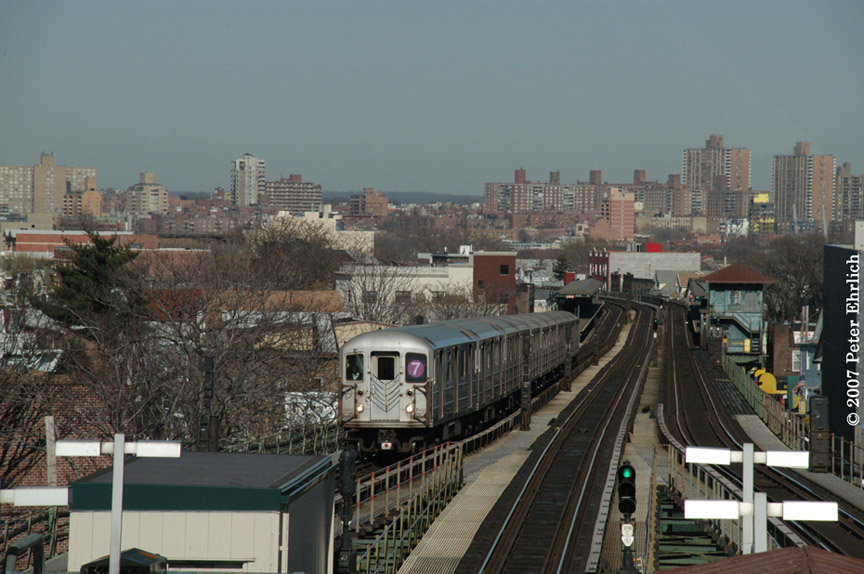 (191k, 864x574)<br><b>Country:</b> United States<br><b>City:</b> New York<br><b>System:</b> New York City Transit<br><b>Line:</b> IRT Flushing Line<br><b>Location:</b> Junction Boulevard <br><b>Car:</b> R-62A (Bombardier, 1984-1987)   <br><b>Photo by:</b> Peter Ehrlich<br><b>Date:</b> 4/20/2007<br><b>Notes:</b> Inbound trains arriving Junction Blvd. Station.<br><b>Viewed (this week/total):</b> 3 / 2009