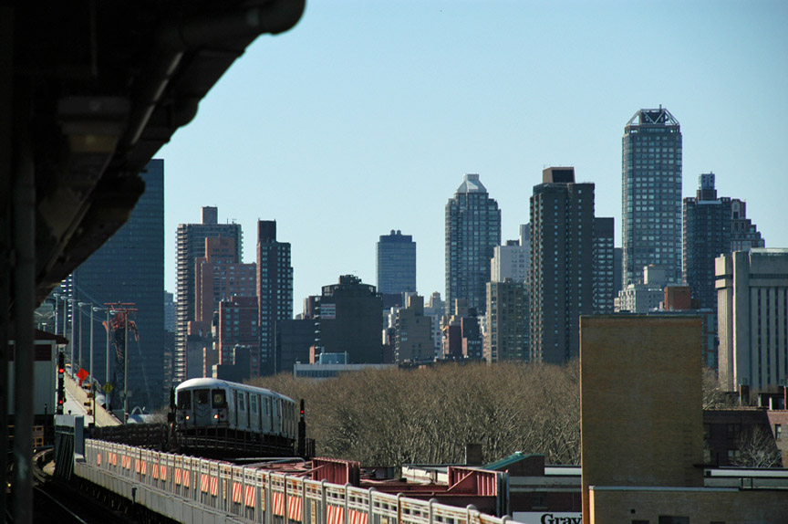 (166k, 864x574)<br><b>Country:</b> United States<br><b>City:</b> New York<br><b>System:</b> New York City Transit<br><b>Line:</b> BMT Astoria Line<br><b>Location:</b> Queensborough Plaza <br><b>Photo by:</b> Peter Ehrlich<br><b>Date:</b> 4/20/2007<br><b>Notes:</b> Train of mixed R40M/R42s approaching Queensboro Plaza outbound.<br><b>Viewed (this week/total):</b> 0 / 1376