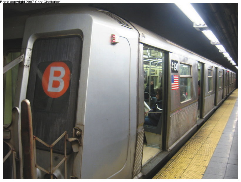 (86k, 820x620)<br><b>Country:</b> United States<br><b>City:</b> New York<br><b>System:</b> New York City Transit<br><b>Line:</b> IND 8th Avenue Line<br><b>Location:</b> 59th Street/Columbus Circle <br><b>Route:</b> B<br><b>Car:</b> R-40 (St. Louis, 1968)  4191 <br><b>Photo by:</b> Gary Chatterton<br><b>Date:</b> 4/13/2007<br><b>Viewed (this week/total):</b> 3 / 2657