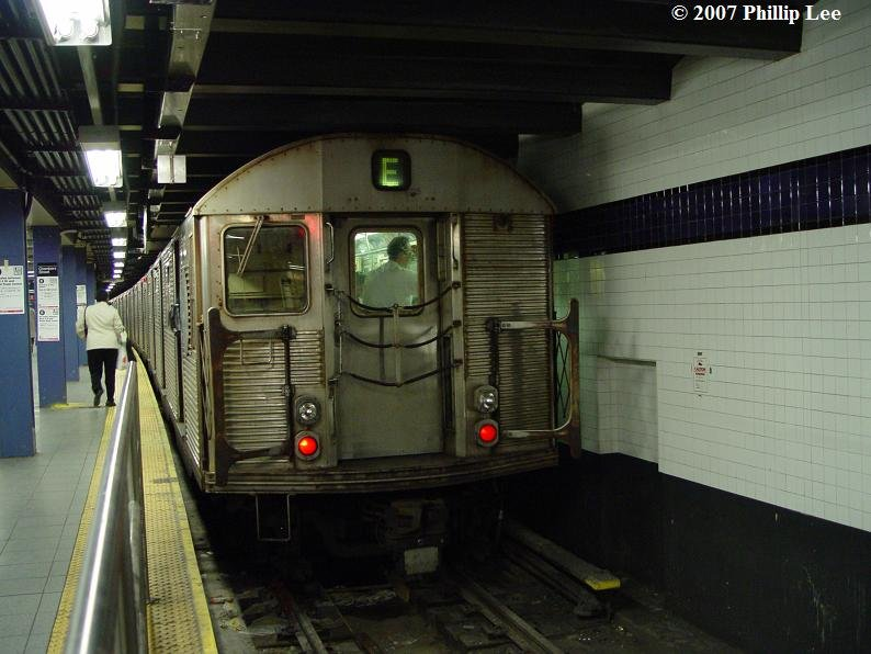 (79k, 794x596)<br><b>Country:</b> United States<br><b>City:</b> New York<br><b>System:</b> New York City Transit<br><b>Line:</b> IND 8th Avenue Line<br><b>Location:</b> Chambers Street/World Trade Center <br><b>Route:</b> E<br><b>Car:</b> R-32 (Budd, 1964)   <br><b>Photo by:</b> Phillip Lee<br><b>Date:</b> 5/8/2007<br><b>Viewed (this week/total):</b> 0 / 1569