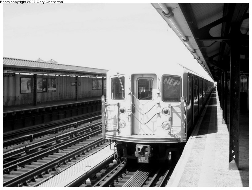 (88k, 820x620)<br><b>Country:</b> United States<br><b>City:</b> New York<br><b>System:</b> New York City Transit<br><b>Line:</b> IRT Flushing Line<br><b>Location:</b> 52nd Street/Lincoln Avenue <br><b>Route:</b> 7<br><b>Car:</b> R-62A (Bombardier, 1984-1987)  2005 <br><b>Photo by:</b> Gary Chatterton<br><b>Date:</b> 6/11/2007<br><b>Viewed (this week/total):</b> 1 / 1131