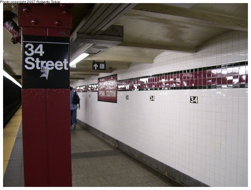 (95k, 820x620)<br><b>Country:</b> United States<br><b>City:</b> New York<br><b>System:</b> New York City Transit<br><b>Line:</b> IND 8th Avenue Line<br><b>Location:</b> 34th Street/Penn Station <br><b>Photo by:</b> Roberto C. Tobar<br><b>Date:</b> 6/18/2007<br><b>Viewed (this week/total):</b> 0 / 1497