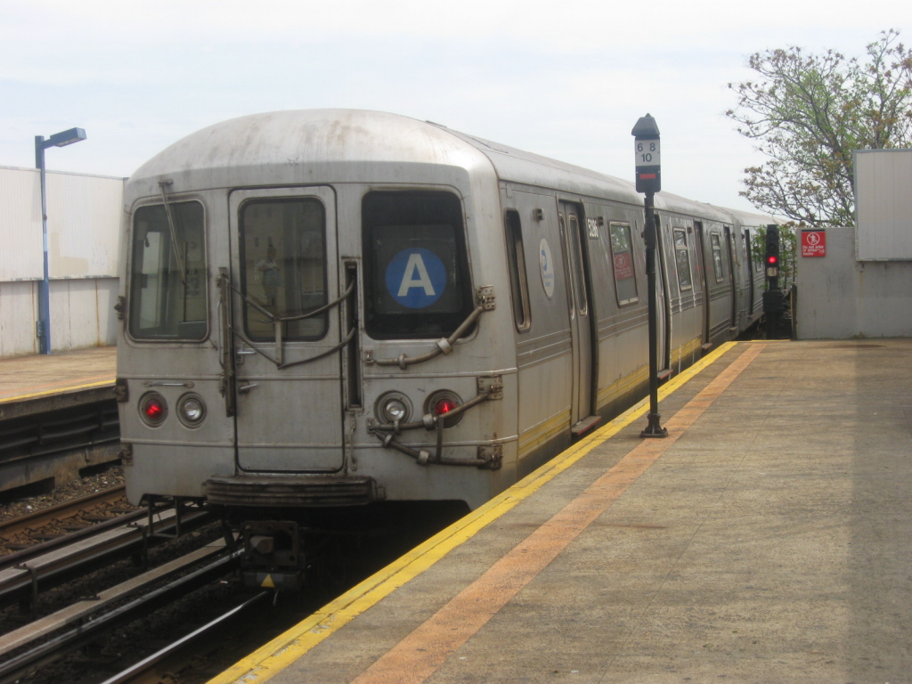 (330k, 1024x768)<br><b>Country:</b> United States<br><b>City:</b> New York<br><b>System:</b> New York City Transit<br><b>Line:</b> IND Rockaway<br><b>Location:</b> Broad Channel <br><b>Route:</b> A<br><b>Car:</b> R-44 (St. Louis, 1971-73) 5286 <br><b>Photo by:</b> Jorge Catayi<br><b>Date:</b> 5/11/2009<br><b>Viewed (this week/total):</b> 5 / 574