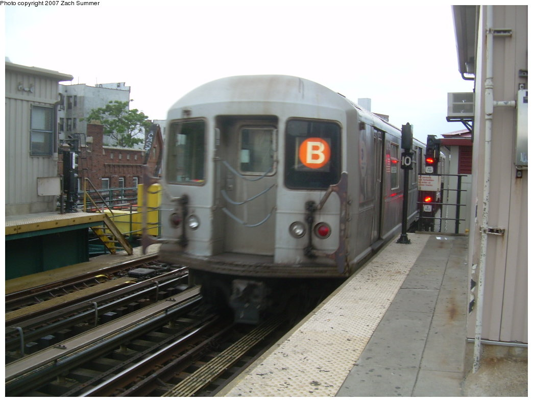 (172k, 1044x788)<br><b>Country:</b> United States<br><b>City:</b> New York<br><b>System:</b> New York City Transit<br><b>Line:</b> BMT Brighton Line<br><b>Location:</b> Brighton Beach <br><b>Route:</b> B<br><b>Car:</b> R-40M (St. Louis, 1969)   <br><b>Photo by:</b> Zach Summer<br><b>Date:</b> 6/14/2007<br><b>Viewed (this week/total):</b> 0 / 1297