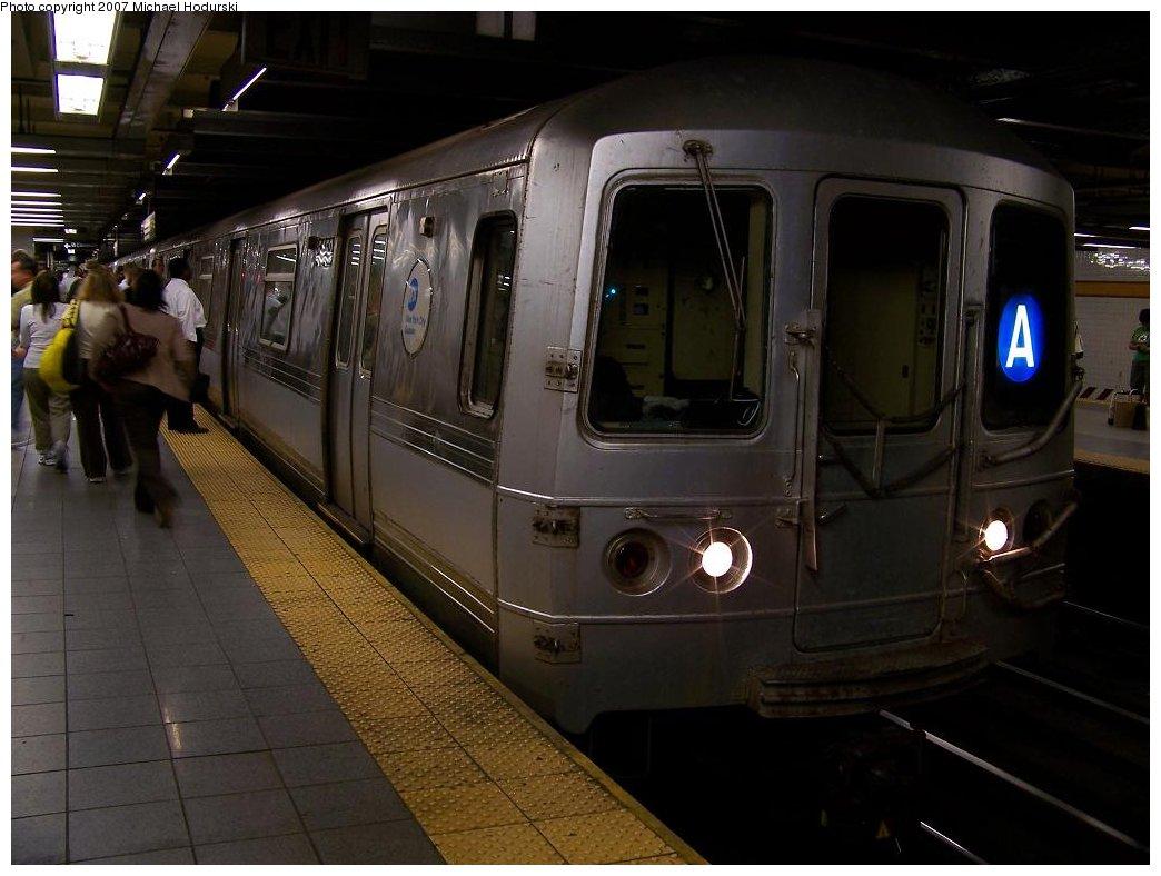 (147k, 1044x788)<br><b>Country:</b> United States<br><b>City:</b> New York<br><b>System:</b> New York City Transit<br><b>Line:</b> IND 8th Avenue Line<br><b>Location:</b> 14th Street <br><b>Route:</b> A<br><b>Car:</b> R-44 (St. Louis, 1971-73) 5452 <br><b>Photo by:</b> Michael Hodurski<br><b>Date:</b> 6/22/2007<br><b>Viewed (this week/total):</b> 0 / 3040