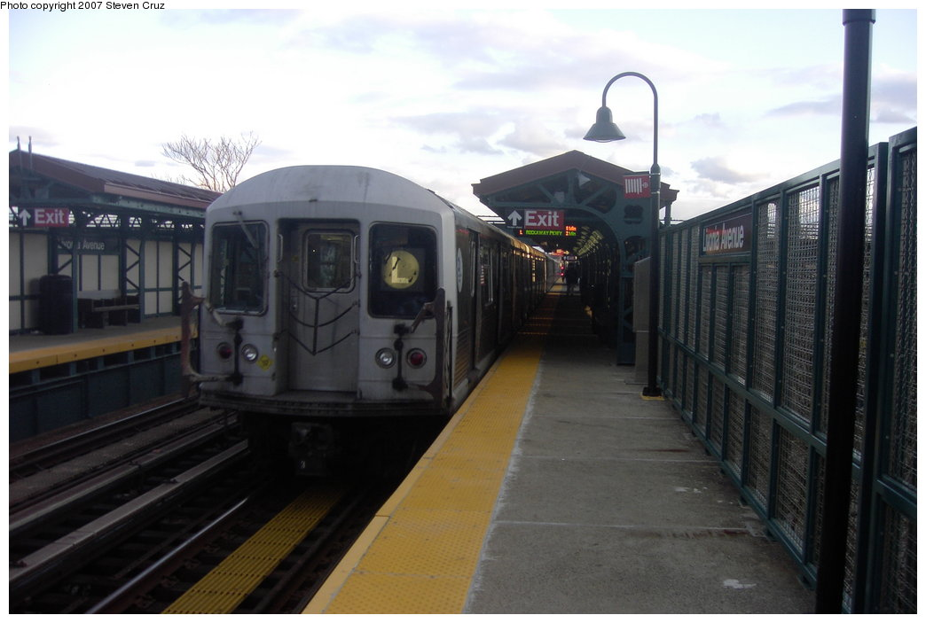 (124k, 1044x703)<br><b>Country:</b> United States<br><b>City:</b> New York<br><b>System:</b> New York City Transit<br><b>Line:</b> BMT Canarsie Line<br><b>Location:</b> Livonia Avenue <br><b>Route:</b> L<br><b>Car:</b> R-42 (St. Louis, 1969-1970)   <br><b>Photo by:</b> Steven Cruz<br><b>Date:</b> 4/5/2007<br><b>Viewed (this week/total):</b> 0 / 1929