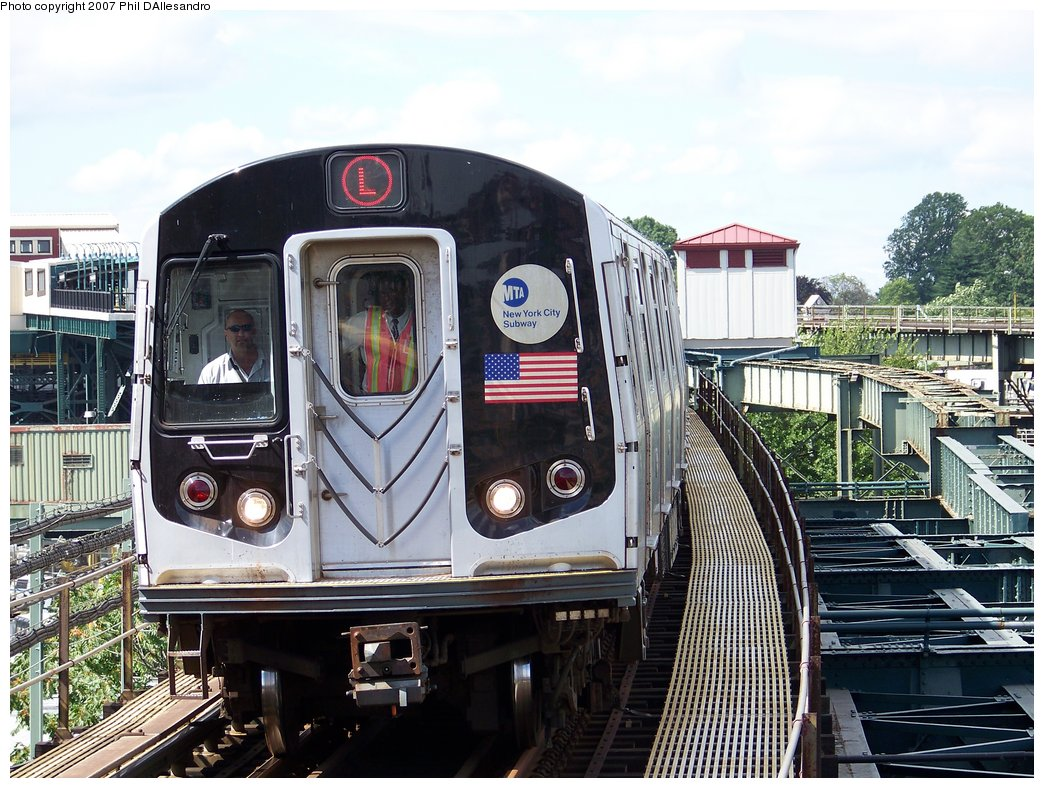 (224k, 1044x788)<br><b>Country:</b> United States<br><b>City:</b> New York<br><b>System:</b> New York City Transit<br><b>Line:</b> BMT Canarsie Line<br><b>Location:</b> Atlantic Avenue <br><b>Route:</b> L<br><b>Car:</b> R-143 (Kawasaki, 2001-2002)  <br><b>Photo by:</b> Philip D'Allesandro<br><b>Date:</b> 7/20/2007<br><b>Viewed (this week/total):</b> 3 / 2156