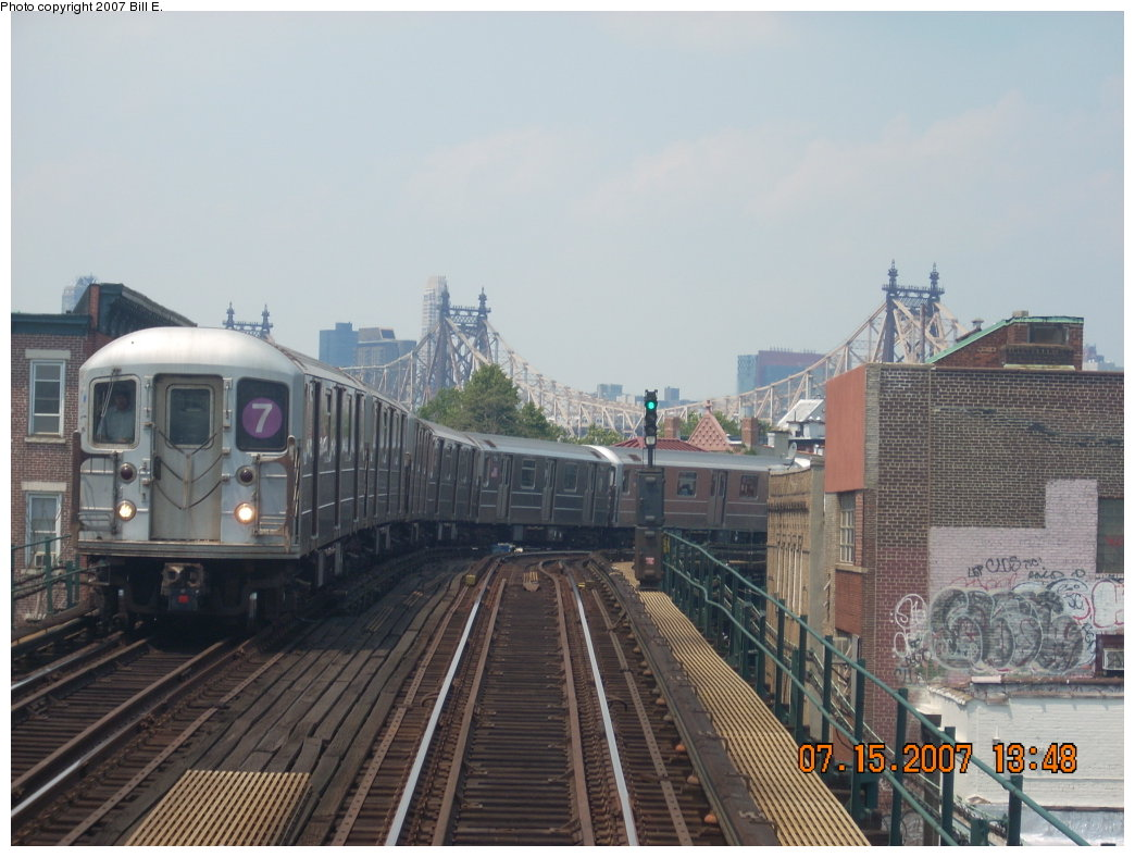 (186k, 1044x788)<br><b>Country:</b> United States<br><b>City:</b> New York<br><b>System:</b> New York City Transit<br><b>Line:</b> IRT Flushing Line<br><b>Location:</b> Court House Square/45th Road <br><b>Route:</b> 7<br><b>Car:</b> R-62A (Bombardier, 1984-1987)   <br><b>Photo by:</b> Bill E.<br><b>Date:</b> 7/15/2007<br><b>Notes:</b> Train approaching Court House Sq. from Manhattan.<br><b>Viewed (this week/total):</b> 1 / 1301