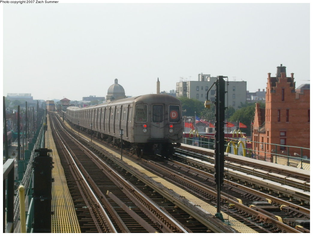 (194k, 1044x788)<br><b>Country:</b> United States<br><b>City:</b> New York<br><b>System:</b> New York City Transit<br><b>Line:</b> BMT West End Line<br><b>Location:</b> 25th Avenue <br><b>Route:</b> D<br><b>Car:</b> R-68 (Westinghouse-Amrail, 1986-1988)   <br><b>Photo by:</b> Zach Summer<br><b>Date:</b> 7/28/2007<br><b>Viewed (this week/total):</b> 5 / 1178