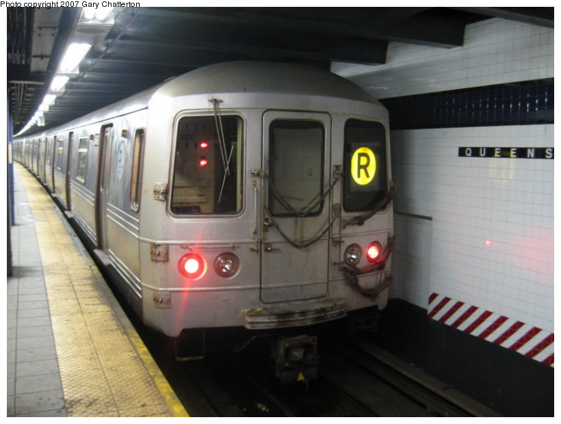 (87k, 820x620)<br><b>Country:</b> United States<br><b>City:</b> New York<br><b>System:</b> New York City Transit<br><b>Line:</b> IND Queens Boulevard Line<br><b>Location:</b> Queens Plaza <br><b>Route:</b> R<br><b>Car:</b> R-46 (Pullman-Standard, 1974-75) 5498 <br><b>Photo by:</b> Gary Chatterton<br><b>Date:</b> 8/6/2007<br><b>Viewed (this week/total):</b> 3 / 2082