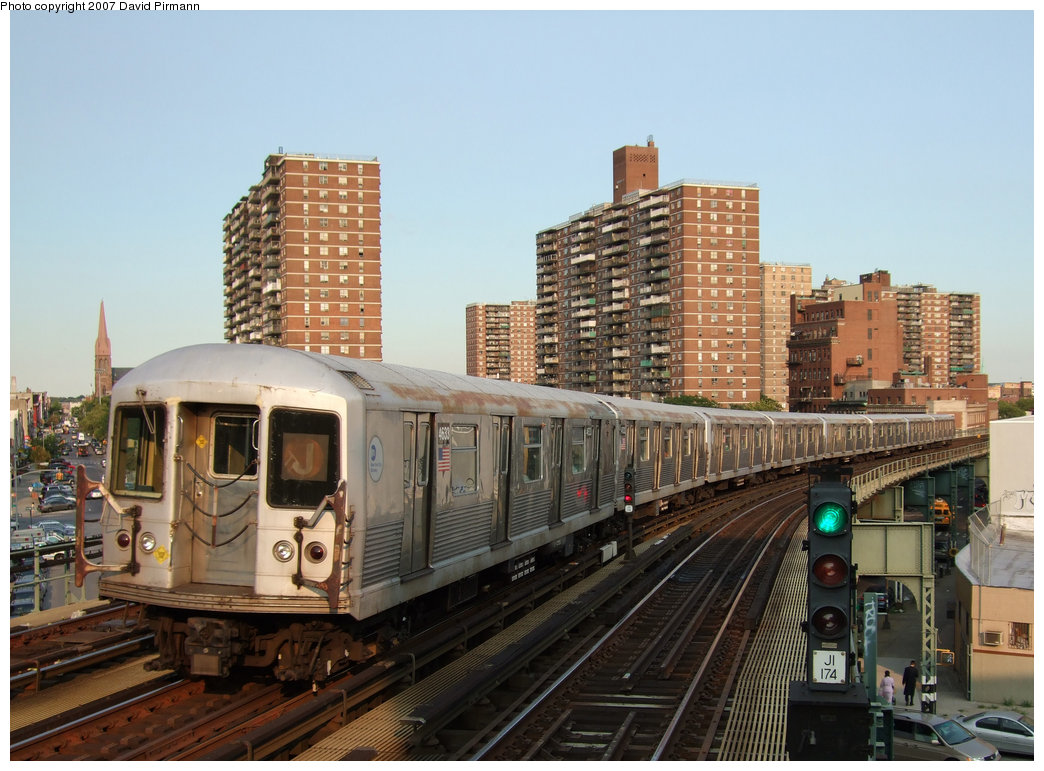 (217k, 1044x771)<br><b>Country:</b> United States<br><b>City:</b> New York<br><b>System:</b> New York City Transit<br><b>Line:</b> BMT Nassau Street/Jamaica Line<br><b>Location:</b> Hewes Street <br><b>Route:</b> J<br><b>Car:</b> R-42 (St. Louis, 1969-1970)  4633 <br><b>Photo by:</b> David Pirmann<br><b>Date:</b> 8/14/2007<br><b>Viewed (this week/total):</b> 6 / 2169