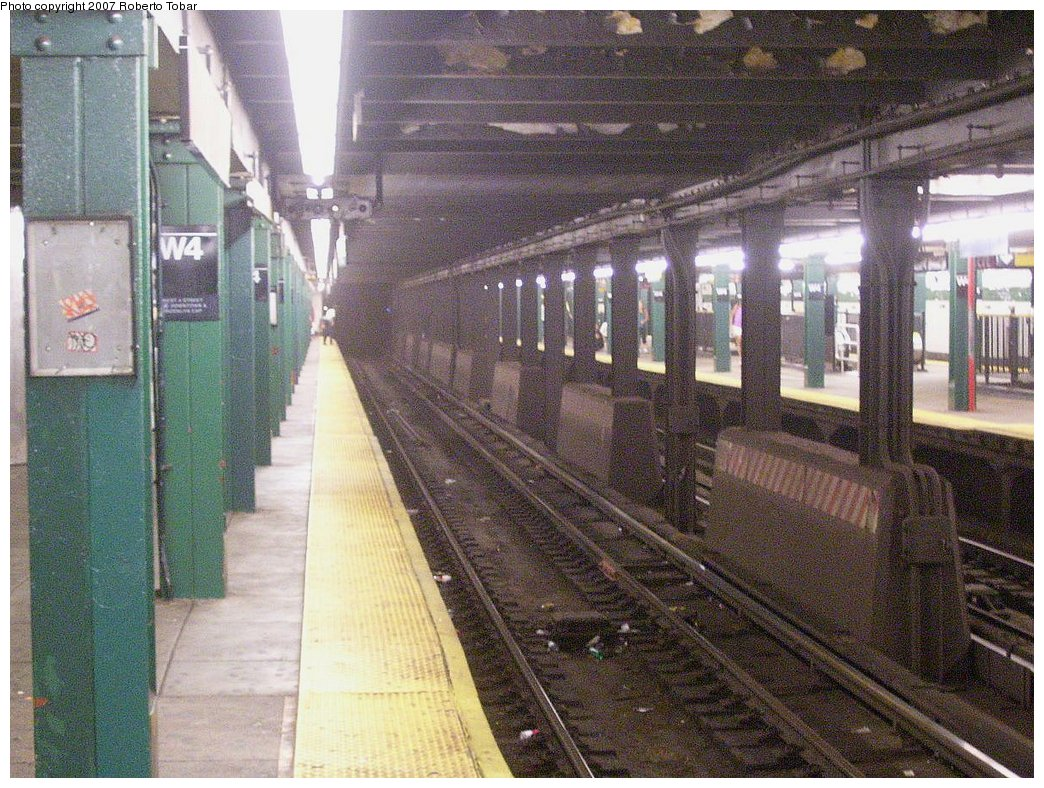 (242k, 1044x788)<br><b>Country:</b> United States<br><b>City:</b> New York<br><b>System:</b> New York City Transit<br><b>Line:</b> IND 8th Avenue Line<br><b>Location:</b> West 4th Street/Washington Square <br><b>Photo by:</b> Roberto C. Tobar<br><b>Date:</b> 9/5/2007<br><b>Viewed (this week/total):</b> 2 / 1146
