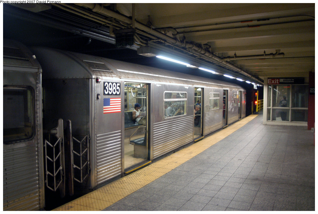 (201k, 1044x701)<br><b>Country:</b> United States<br><b>City:</b> New York<br><b>System:</b> New York City Transit<br><b>Line:</b> IND 8th Avenue Line<br><b>Location:</b> 207th Street <br><b>Route:</b> A<br><b>Car:</b> R-38 (St. Louis, 1966-1967)  3985 <br><b>Photo by:</b> David Pirmann<br><b>Date:</b> 9/10/2007<br><b>Viewed (this week/total):</b> 1 / 1066
