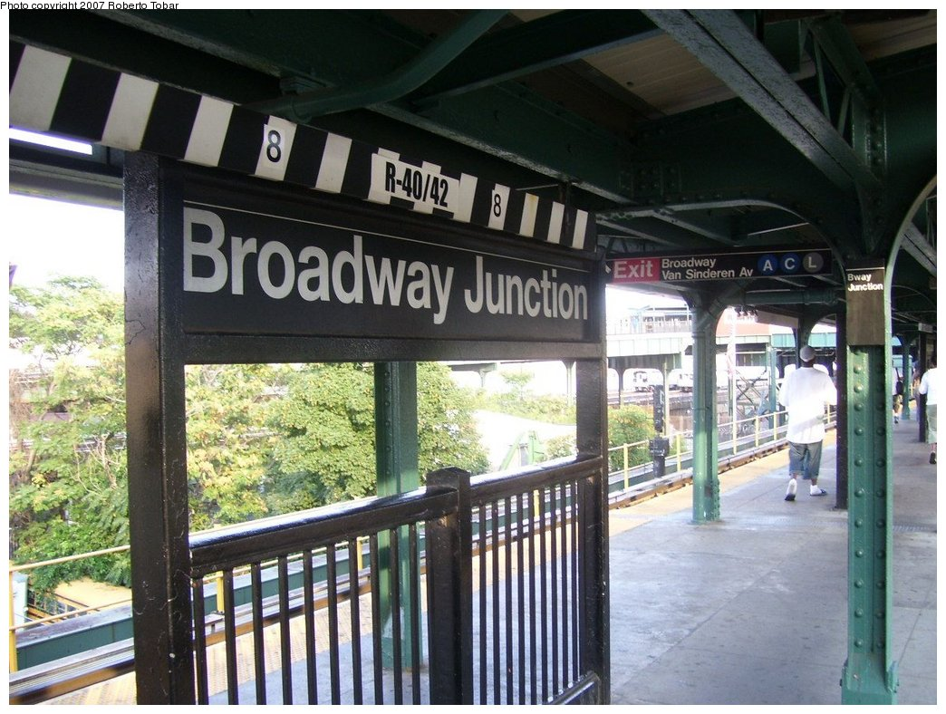 (198k, 1044x788)<br><b>Country:</b> United States<br><b>City:</b> New York<br><b>System:</b> New York City Transit<br><b>Line:</b> BMT Nassau Street/Jamaica Line<br><b>Location:</b> Broadway/East New York (Broadway Junction) <br><b>Photo by:</b> Roberto C. Tobar<br><b>Date:</b> 9/8/2007<br><b>Viewed (this week/total):</b> 0 / 799