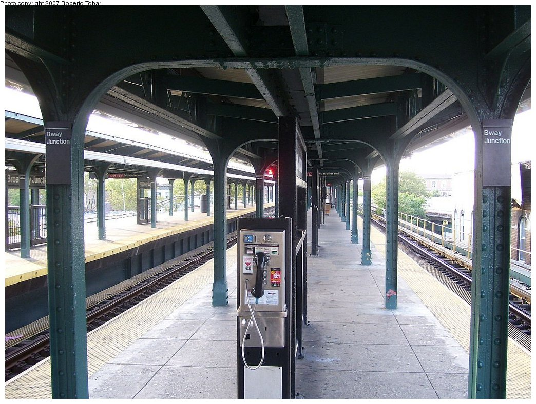 (222k, 1044x788)<br><b>Country:</b> United States<br><b>City:</b> New York<br><b>System:</b> New York City Transit<br><b>Line:</b> BMT Nassau Street/Jamaica Line<br><b>Location:</b> Broadway/East New York (Broadway Junction) <br><b>Photo by:</b> Roberto C. Tobar<br><b>Date:</b> 9/8/2007<br><b>Viewed (this week/total):</b> 4 / 1240