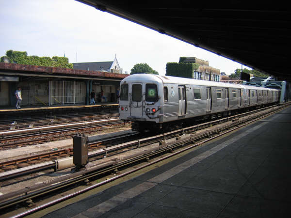 (41k, 600x450)<br><b>Country:</b> United States<br><b>City:</b> New York<br><b>System:</b> New York City Transit<br><b>Line:</b> IND Crosstown Line<br><b>Location:</b> 4th Avenue <br><b>Route:</b> G<br><b>Car:</b> R-46 (Pullman-Standard, 1974-75)  <br><b>Photo by:</b> Professor J<br><b>Date:</b> 9/9/2007<br><b>Viewed (this week/total):</b> 0 / 1132