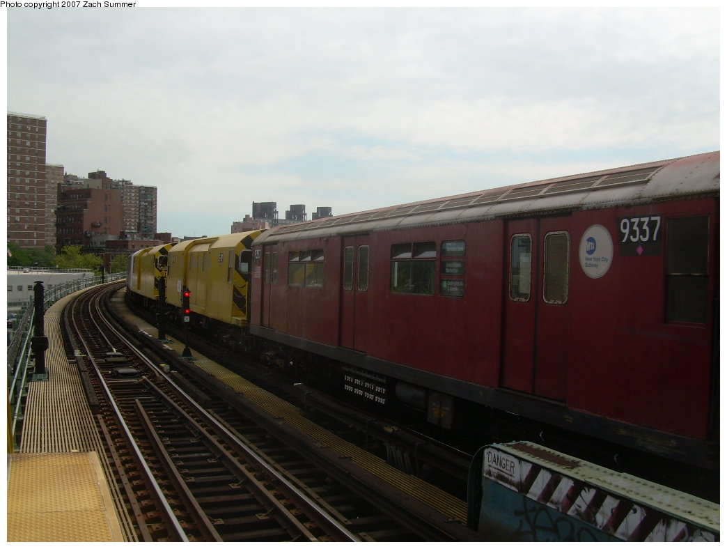 (163k, 1044x788)<br><b>Country:</b> United States<br><b>City:</b> New York<br><b>System:</b> New York City Transit<br><b>Line:</b> BMT Nassau Street/Jamaica Line<br><b>Location:</b> Hewes Street <br><b>Route:</b> Work Service<br><b>Car:</b> R-33 World's Fair (St. Louis, 1963-64) 9337 <br><b>Photo by:</b> Zach Summer<br><b>Date:</b> 9/5/2007<br><b>Viewed (this week/total):</b> 1 / 945