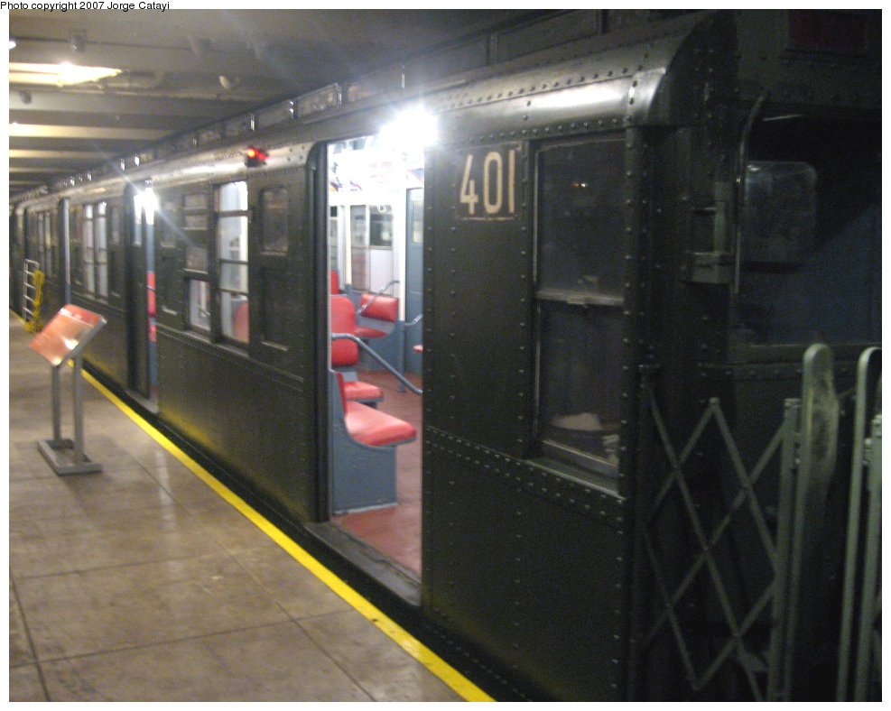 (184k, 987x788)<br><b>Country:</b> United States<br><b>City:</b> New York<br><b>System:</b> New York City Transit<br><b>Location:</b> New York Transit Museum<br><b>Route:</b> Fan Trip<br><b>Car:</b> R-4 (American Car & Foundry, 1932-1933) 401 <br><b>Photo by:</b> Jorge Catayi<br><b>Date:</b> 9/8/2007<br><b>Viewed (this week/total):</b> 2 / 1516