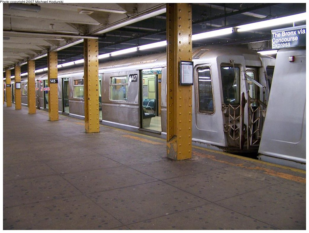 (176k, 1044x788)<br><b>Country:</b> United States<br><b>City:</b> New York<br><b>System:</b> New York City Transit<br><b>Line:</b> IND Concourse Line<br><b>Location:</b> 145th Street <br><b>Route:</b> B<br><b>Car:</b> R-40 (St. Louis, 1968)  4407 <br><b>Photo by:</b> Michael Hodurski<br><b>Date:</b> 9/12/2007<br><b>Viewed (this week/total):</b> 0 / 1629