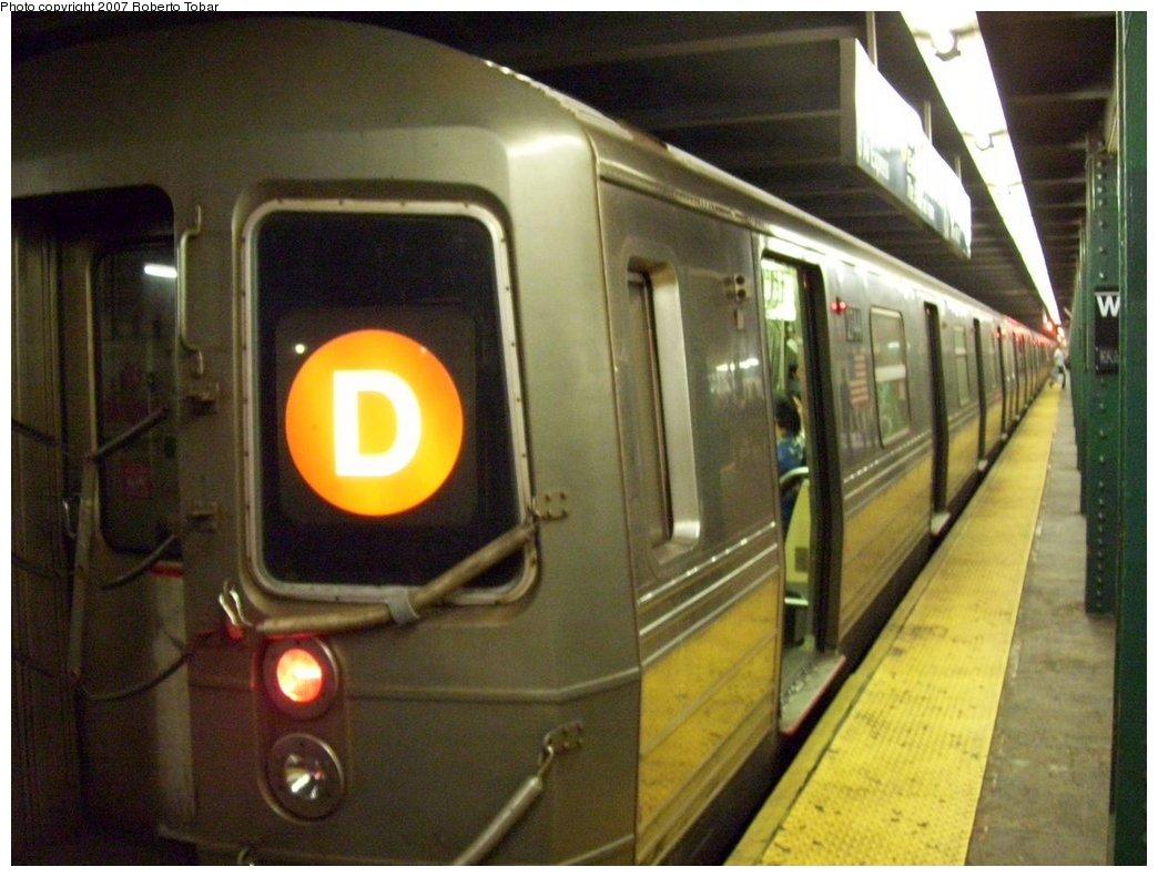 (162k, 1044x791)<br><b>Country:</b> United States<br><b>City:</b> New York<br><b>System:</b> New York City Transit<br><b>Line:</b> IND 6th Avenue Line<br><b>Location:</b> West 4th Street/Washington Square <br><b>Route:</b> D<br><b>Car:</b> R-68 (Westinghouse-Amrail, 1986-1988)  2744 <br><b>Photo by:</b> Roberto C. Tobar<br><b>Date:</b> 9/22/2007<br><b>Notes:</b> Lower level.<br><b>Viewed (this week/total):</b> 4 / 1481