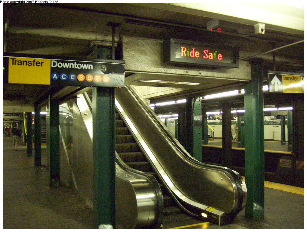 (196k, 1044x791)<br><b>Country:</b> United States<br><b>City:</b> New York<br><b>System:</b> New York City Transit<br><b>Line:</b> IND 6th Avenue Line<br><b>Location:</b> West 4th Street/Washington Square <br><b>Photo by:</b> Roberto C. Tobar<br><b>Date:</b> 9/22/2007<br><b>Notes:</b> Lower level.<br><b>Viewed (this week/total):</b> 4 / 1473