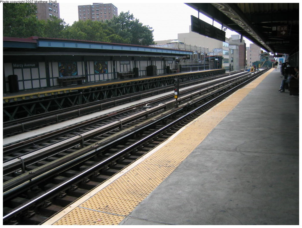 (203k, 1044x788)<br><b>Country:</b> United States<br><b>City:</b> New York<br><b>System:</b> New York City Transit<br><b>Line:</b> BMT Nassau Street/Jamaica Line<br><b>Location:</b> Marcy Avenue <br><b>Photo by:</b> Matthew Shull<br><b>Date:</b> 8/26/2007<br><b>Notes:</b> Manhattan-bound Platform looking west towards abandoned Broadway Ferry line<br><b>Viewed (this week/total):</b> 2 / 651