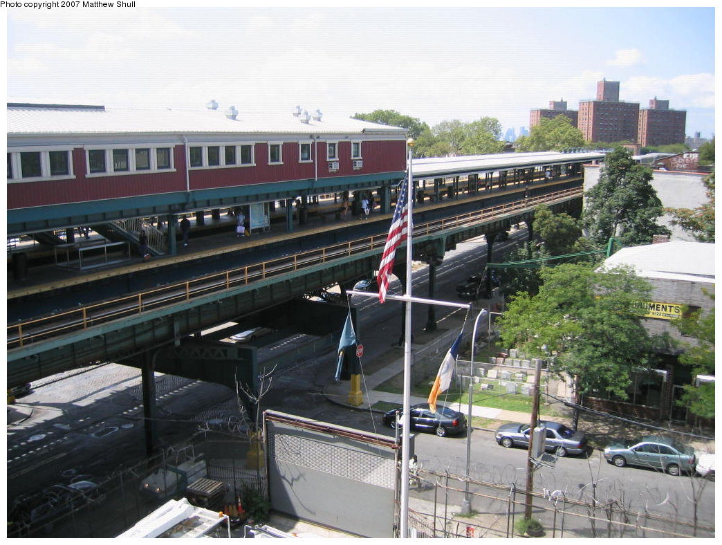 (208k, 1044x788)<br><b>Country:</b> United States<br><b>City:</b> New York<br><b>System:</b> New York City Transit<br><b>Line:</b> BMT Nassau Street/Jamaica Line<br><b>Location:</b> Broadway/East New York (Broadway Junction) <br><b>Photo by:</b> Matthew Shull<br><b>Date:</b> 8/27/2007<br><b>Notes:</b> Looking down from Canarsie-bound L platform to Manhattan-bound Jamaica line platform<br><b>Viewed (this week/total):</b> 1 / 2092