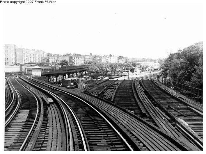 (85k, 708x530)<br><b>Country:</b> United States<br><b>City:</b> New York<br><b>System:</b> New York City Transit<br><b>Line:</b> 3rd Avenue El<br><b>Location:</b> Bronx Park <br><b>Photo by:</b> Frank Pfuhler<br><b>Date:</b> 6/6/1954<br><b>Notes:</b> Former spur to Bronx Park.<br><b>Viewed (this week/total):</b> 5 / 5956