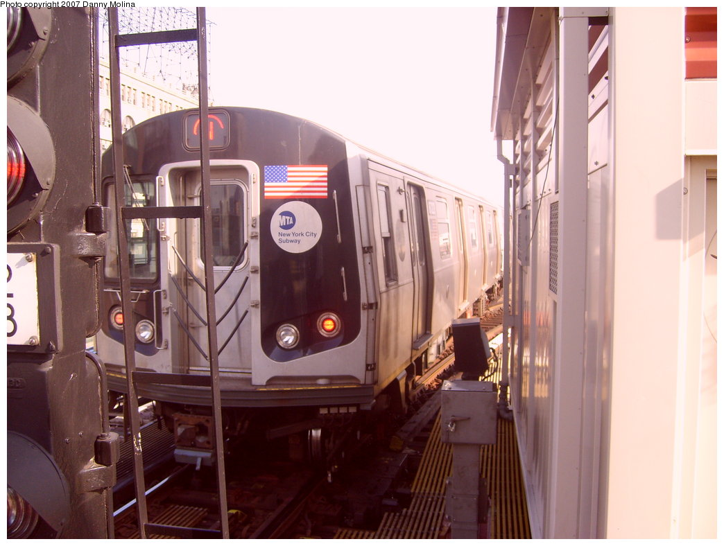 (188k, 1044x788)<br><b>Country:</b> United States<br><b>City:</b> New York<br><b>System:</b> New York City Transit<br><b>Line:</b> BMT Astoria Line<br><b>Location:</b> Queensborough Plaza <br><b>Route:</b> N<br><b>Car:</b> R-160A/R-160B Series (Number Unknown)  <br><b>Photo by:</b> Danny Molina<br><b>Date:</b> 10/10/2007<br><b>Viewed (this week/total):</b> 0 / 1413