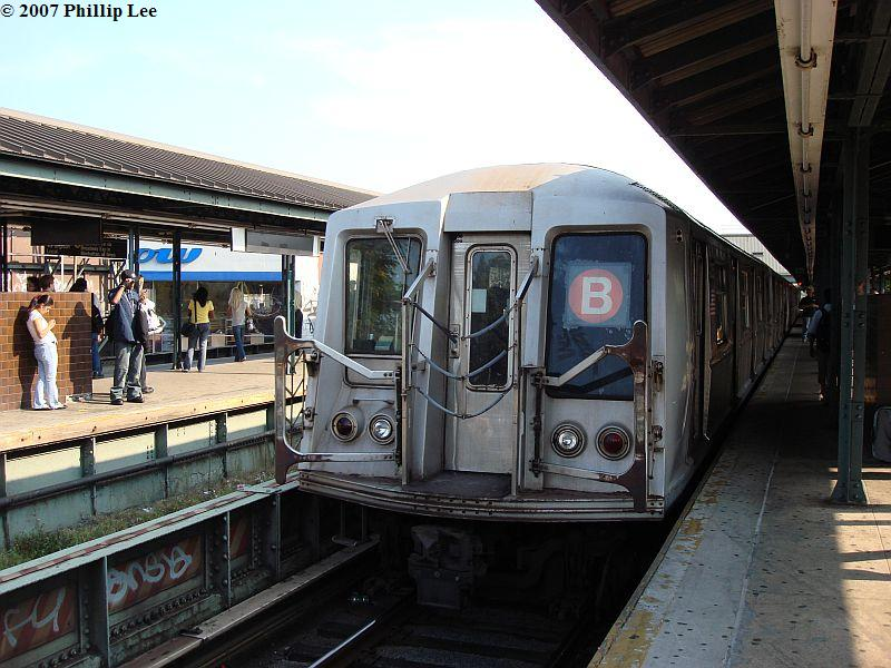 (109k, 800x600)<br><b>Country:</b> United States<br><b>City:</b> New York<br><b>System:</b> New York City Transit<br><b>Line:</b> BMT Brighton Line<br><b>Location:</b> Kings Highway <br><b>Route:</b> B<br><b>Car:</b> R-40 (St. Louis, 1968)   <br><b>Photo by:</b> Phillip Lee<br><b>Date:</b> 9/6/2007<br><b>Viewed (this week/total):</b> 0 / 1137