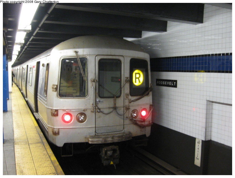 (108k, 820x620)<br><b>Country:</b> United States<br><b>City:</b> New York<br><b>System:</b> New York City Transit<br><b>Line:</b> IND Queens Boulevard Line<br><b>Location:</b> Roosevelt Avenue <br><b>Route:</b> R<br><b>Car:</b> R-46 (Pullman-Standard, 1974-75) 5834 <br><b>Photo by:</b> Gary Chatterton<br><b>Date:</b> 12/23/2008<br><b>Viewed (this week/total):</b> 1 / 1062