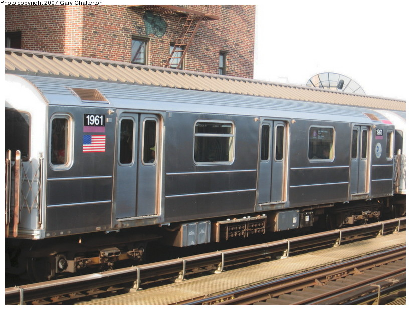 (148k, 820x620)<br><b>Country:</b> United States<br><b>City:</b> New York<br><b>System:</b> New York City Transit<br><b>Line:</b> IRT Flushing Line<br><b>Location:</b> 52nd Street/Lincoln Avenue <br><b>Route:</b> 7<br><b>Car:</b> R-62A (Bombardier, 1984-1987)  1961 <br><b>Photo by:</b> Gary Chatterton<br><b>Date:</b> 10/15/2007<br><b>Viewed (this week/total):</b> 1 / 755