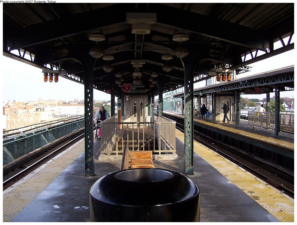 (274k, 1044x791)<br><b>Country:</b> United States<br><b>City:</b> New York<br><b>System:</b> New York City Transit<br><b>Line:</b> IRT Flushing Line<br><b>Location:</b> 61st Street/Woodside <br><b>Photo by:</b> Roberto C. Tobar<br><b>Date:</b> 10/27/2007<br><b>Viewed (this week/total):</b> 4 / 1190