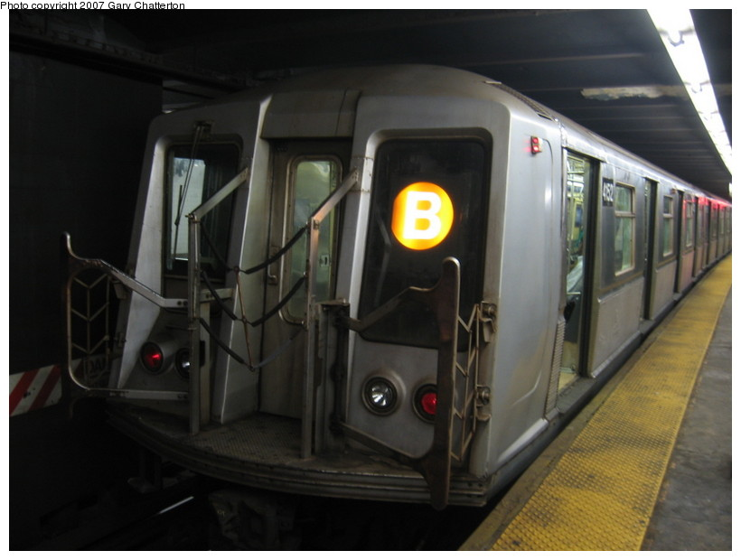 (99k, 820x620)<br><b>Country:</b> United States<br><b>City:</b> New York<br><b>System:</b> New York City Transit<br><b>Line:</b> IND 6th Avenue Line<br><b>Location:</b> West 4th Street/Washington Square <br><b>Route:</b> B<br><b>Car:</b> R-40 (St. Louis, 1968)  4152 <br><b>Photo by:</b> Gary Chatterton<br><b>Date:</b> 10/22/2007<br><b>Viewed (this week/total):</b> 0 / 1560