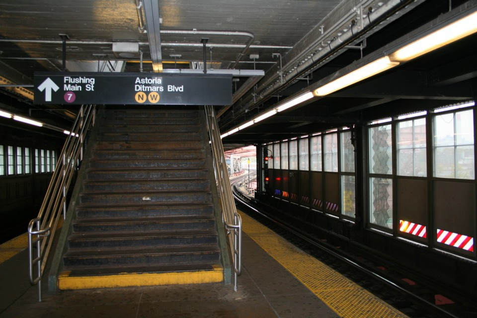 (225k, 960x640)<br><b>Country:</b> United States<br><b>City:</b> New York<br><b>System:</b> New York City Transit<br><b>Location:</b> Queensborough Plaza <br><b>Photo by:</b> Todd Glickman<br><b>Date:</b> 11/12/2007<br><b>Notes:</b> Platform view.<br><b>Viewed (this week/total):</b> 1 / 1934