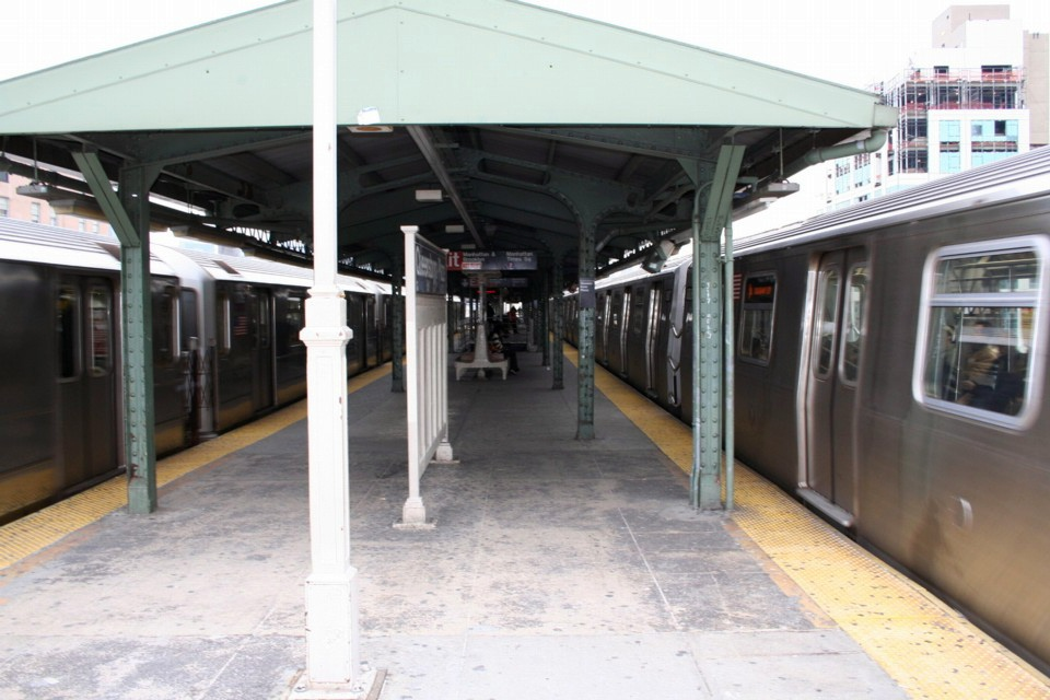 (209k, 960x640)<br><b>Country:</b> United States<br><b>City:</b> New York<br><b>System:</b> New York City Transit<br><b>Location:</b> Queensborough Plaza <br><b>Photo by:</b> Todd Glickman<br><b>Date:</b> 11/12/2007<br><b>Notes:</b> Platform view.<br><b>Viewed (this week/total):</b> 2 / 2228