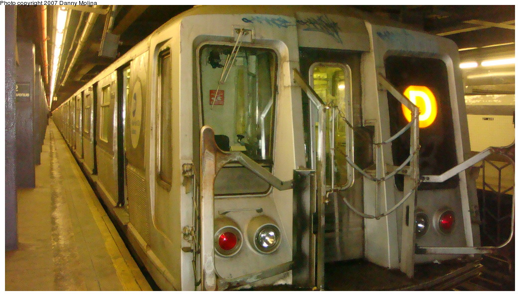 (215k, 1044x596)<br><b>Country:</b> United States<br><b>City:</b> New York<br><b>System:</b> New York City Transit<br><b>Line:</b> IND 6th Avenue Line<br><b>Location:</b> 2nd Avenue <br><b>Route:</b> D<br><b>Car:</b> R-40 (St. Louis, 1968)   <br><b>Photo by:</b> Danny Molina<br><b>Date:</b> 12/3/2007<br><b>Viewed (this week/total):</b> 5 / 2117