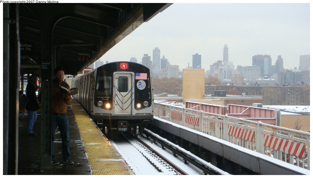 (169k, 1044x596)<br><b>Country:</b> United States<br><b>City:</b> New York<br><b>System:</b> New York City Transit<br><b>Line:</b> BMT Astoria Line<br><b>Location:</b> Queensborough Plaza <br><b>Route:</b> N<br><b>Car:</b> R-160A/R-160B Series (Number Unknown)  <br><b>Photo by:</b> Danny Molina<br><b>Date:</b> 12/3/2007<br><b>Viewed (this week/total):</b> 0 / 1730