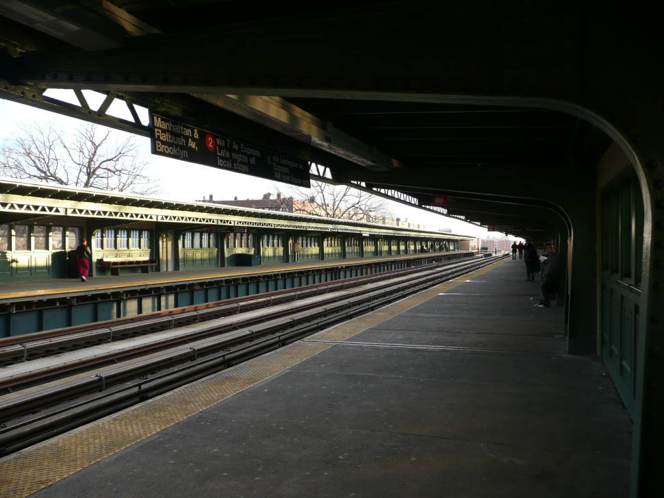 (111k, 970x727)<br><b>Country:</b> United States<br><b>City:</b> New York<br><b>System:</b> New York City Transit<br><b>Line:</b> IRT White Plains Road Line<br><b>Location:</b> Pelham Parkway <br><b>Photo by:</b> Robbie Rosenfeld<br><b>Date:</b> 12/20/2007<br><b>Viewed (this week/total):</b> 0 / 2001