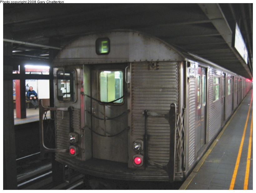 (110k, 820x620)<br><b>Country:</b> United States<br><b>City:</b> New York<br><b>System:</b> New York City Transit<br><b>Line:</b> IND Queens Boulevard Line<br><b>Location:</b> Court Square/23rd St (Ely Avenue) <br><b>Route:</b> E<br><b>Car:</b> R-32 (Budd, 1964)  3850 <br><b>Photo by:</b> Gary Chatterton<br><b>Date:</b> 12/23/2007<br><b>Viewed (this week/total):</b> 0 / 2010