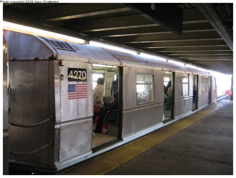 (118k, 820x620)<br><b>Country:</b> United States<br><b>City:</b> New York<br><b>System:</b> New York City Transit<br><b>Line:</b> BMT Astoria Line<br><b>Location:</b> Queensborough Plaza <br><b>Route:</b> W<br><b>Car:</b> R-40 (St. Louis, 1968)  4270 <br><b>Photo by:</b> Gary Chatterton<br><b>Date:</b> 12/28/2007<br><b>Viewed (this week/total):</b> 0 / 1041