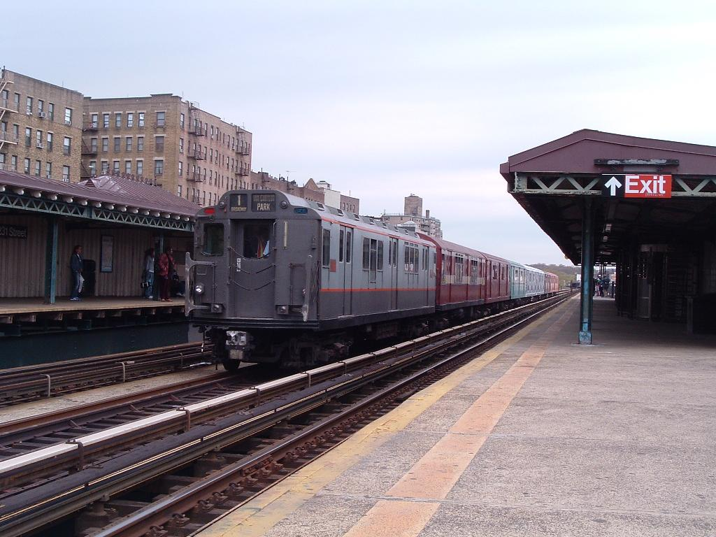 (128k, 1024x768)<br><b>Country:</b> United States<br><b>City:</b> New York<br><b>System:</b> New York City Transit<br><b>Line:</b> IRT West Side Line<br><b>Location:</b> 225th Street <br><b>Route:</b> Fan Trip<br><b>Car:</b> R-12 (American Car & Foundry, 1948) 5760 <br><b>Photo by:</b> Chris Reidy<br><b>Date:</b> 4/25/2004<br><b>Viewed (this week/total):</b> 2 / 934